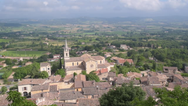 pan shot of panorama of mountain village bonnieux - luberon stock-videos und b-roll-filmmaterial