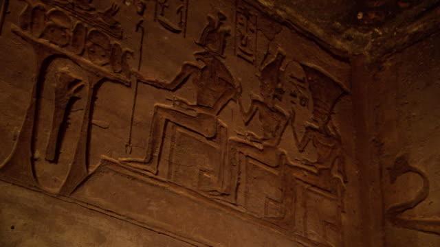 vídeos y material grabado en eventos de stock de pan shot of relief work in the abu simbel temple - jeroglífico