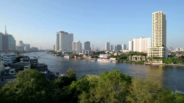 vídeos de stock, filmes e b-roll de pan shot of view over chao phraya river and skyline of bangkok - rio chao phraya