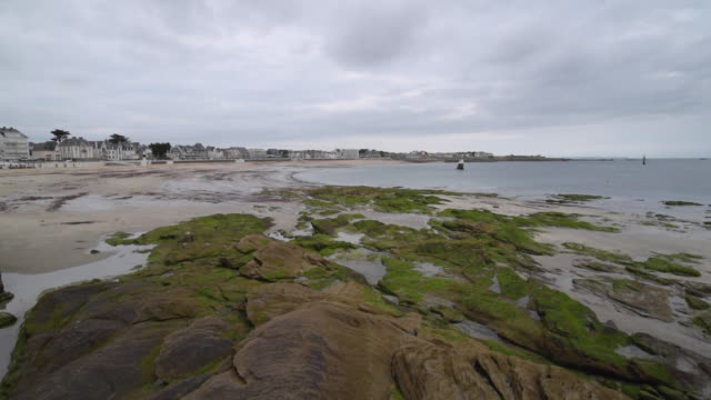 pan shot of waterfront of quiberon at low tide - low tide stock videos & royalty-free footage