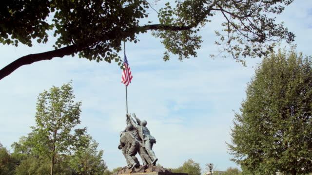 stockvideo's en b-roll-footage met pan slow downward: iwo jima memorial with trees (shot on red) - iwo jima