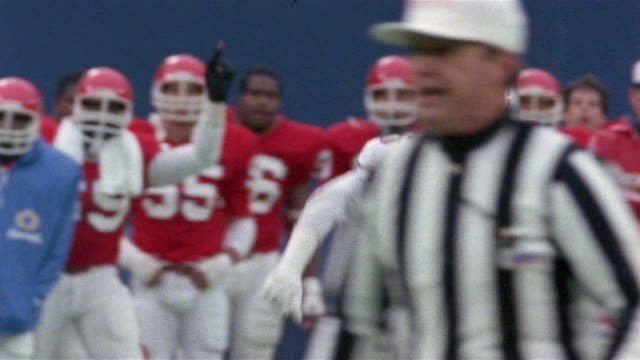 1985 sm ms pan tim king running, bruce vaughn recovering fumble and tampa bay teammates jumping in celebration during game against new jersey generals/ east rutherford, new jersey  - クオーターバック点の映像素材/bロール