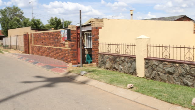 vídeos de stock e filmes b-roll de a pan to the left showing a side street in orlando west soweto a township of johannesburg where nelson mandela lived before his imprisonment - soweto