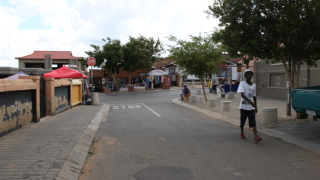 vídeos de stock e filmes b-roll de a pan to the left showing vilakazi street in orlando west soweto a township of johannesburg where nelson mandela lived with his family before his... - soweto