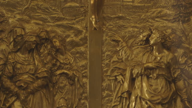 pan up a beautifully engraved gold plaque depicting the crucifixion of christ. - avvenimento biblico video stock e b–roll