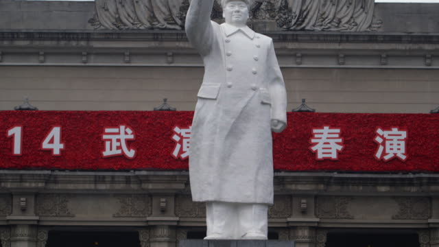 vídeos de stock e filmes b-roll de pan up a statue of chairman mao in the city of wuhan.  - mao tse tung