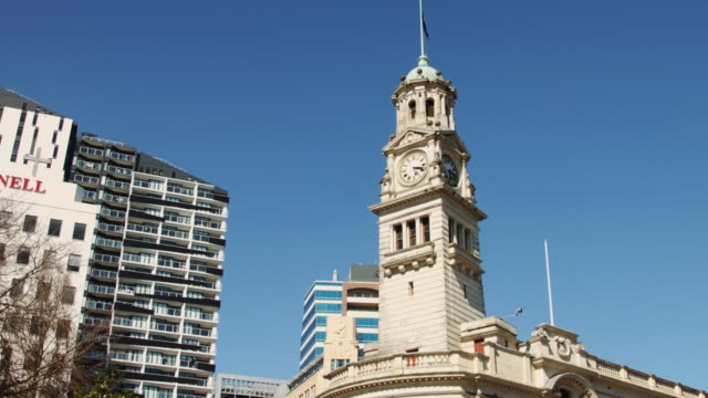 pan up auckland town hall - turmuhr stock-videos und b-roll-filmmaterial