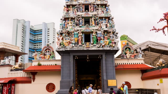 vídeos y material grabado en eventos de stock de pan up decorations at sri mariamman temple - hinduismo