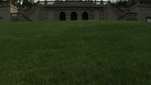 vídeos de stock e filmes b-roll de pan up of castle hill mansion or upper class house at the crane estate. tudor revival style. grass lawns and statues. - tudor