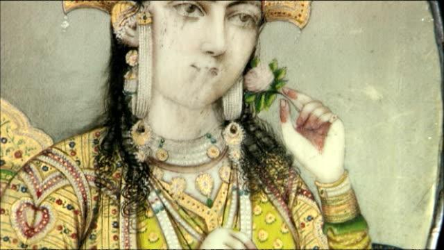 pan up portrait of queen mumtaz mahal inside taj mahal, agra - königin stock-videos und b-roll-filmmaterial