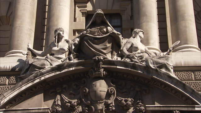 pan up the exterior of the old bailey court from the statues above the main entranceway. available in hd. - オールドベイリー点の映像素材/bロール