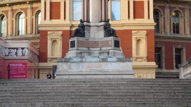 pan up the exterior of the royal albert hall in london's south kensington. - royal albert hall点の映像素材/bロール