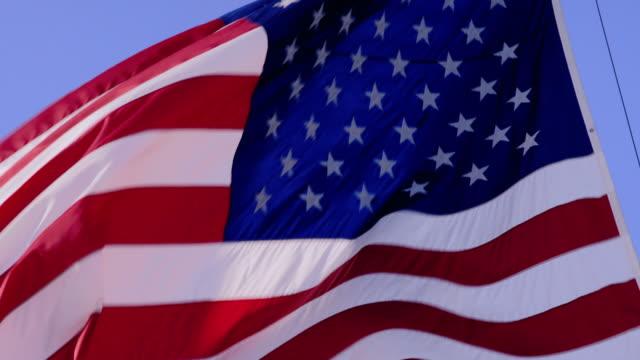 vídeos y material grabado en eventos de stock de pan upward: american flag flowing through the wind (shot on red) - moneda de veinticinco céntimos
