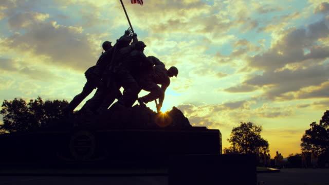 stockvideo's en b-roll-footage met pan upward: statue of iwo jima memorial (shot on red) - iwo jima