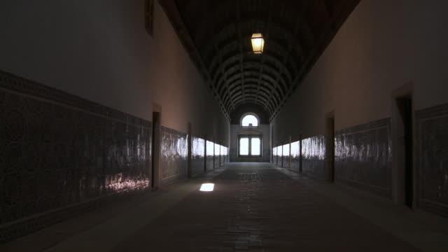 ms pan view of corridor in covento st. cristo  / tomar, santarì©m, portugal  - 女子修道院点の映像素材/bロール