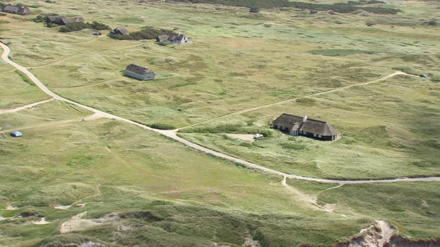 ws arial zi zo pan view of summer houses and beach / nordjylland, denmark - küste stock-videos und b-roll-filmmaterial