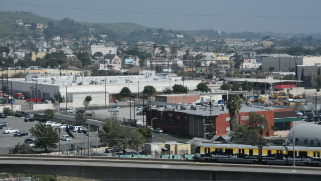 vidéos et rushes de pan with the gold line light rail crossing the los angeles river moving north to the san gabriel valley - union station los angeles