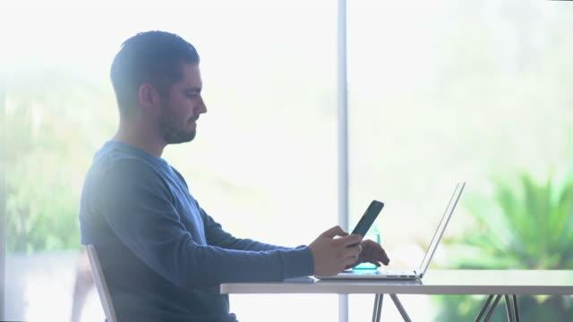 pan ms young man shopping online at home - 横顔点の映像素材/bロール