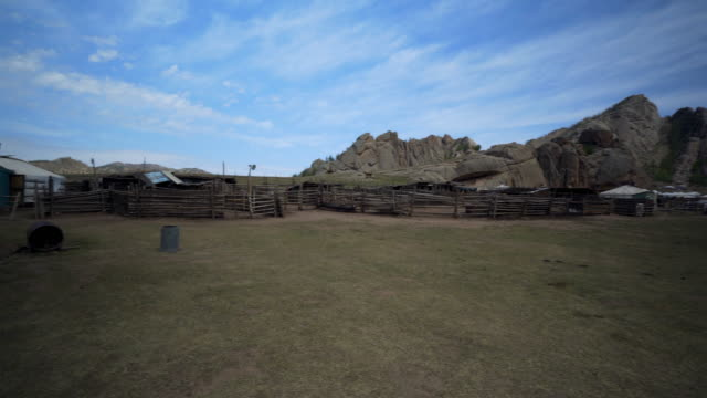 vídeos de stock e filmes b-roll de pan: yurts and wooden houses on land against blue sky - ulaanbaatar, mongolia - ulan bator