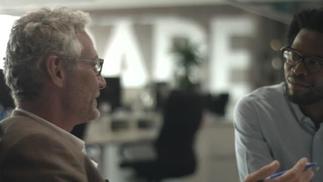 vídeos y material grabado en eventos de stock de ms pan_creative businesspeople having meeting - talking and laughing - colega