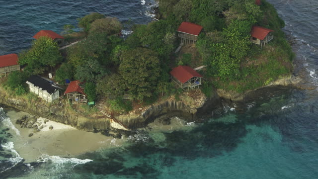 panama : hotel on the island of contadora - strohhut stock-videos und b-roll-filmmaterial