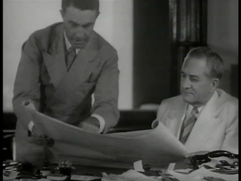vidéos et rushes de panama zone governor clarence s. ridley in meeting, looking over papers w/ others. us navy soldiers patrolling in group. battleship moving in lock.... - canal de panama