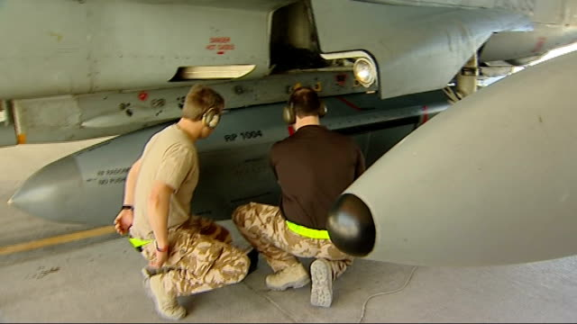 vídeos de stock e filmes b-roll de raf panavia tornado plane with raptor pod int technicians removing aerial reconnaissance 'brick' from undercarriage of tornado placing in protective... - chassi