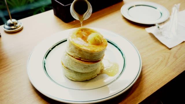 パンケーキとハニーシロップ - パンケーキ点の映像素材/bロール