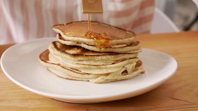 pancakes with maple syrup, katowice, poland - パンケーキ点の映像素材/bロール