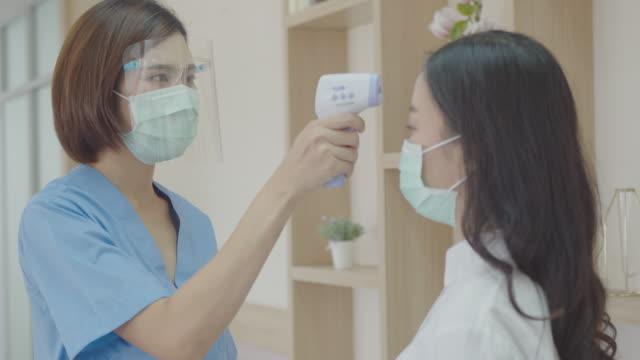 入院前通過體溫測量進行大流行控制。 - 熱度 溫度 個影片檔及 b 捲影像