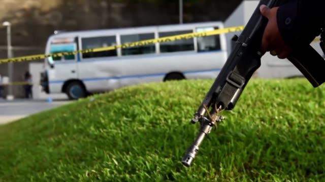 pandilleros asesinaron este miercoles a un septimo chofer de un microbus por no atender un boicot que impusieron al transporte publico desde el lunes... - transporte bildbanksvideor och videomaterial från bakom kulisserna
