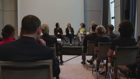 vidéos et rushes de panel d'experts féminins expliquant pendant le séminaire - événement