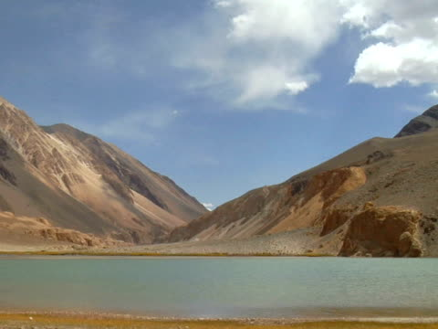 ws, pangong lake  surrounded with pang-gong mountain range, ladakh, jammu and kashmir, india - placca di montaggio fissa video stock e b–roll