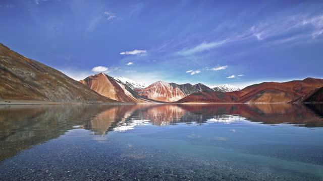 pangong tso lake with himalayan mountains background, leh ladakh jammu and kashmir india - loopable elements stock videos & royalty-free footage
