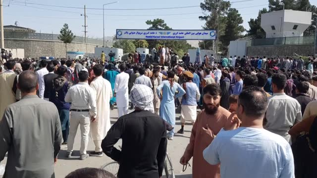 vídeos y material grabado en eventos de stock de panicked afghans flocked to airport on monday after taliban took over the capital kabul. the taliban took control of the presidential palace in kabul... - kabul