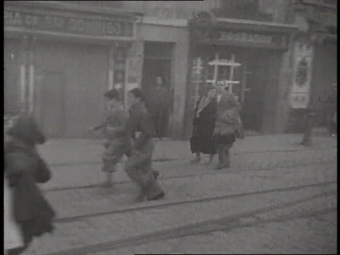 panicked crowd runs in the street during an air raid in the spanish civil war. - 空爆点の映像素材/bロール