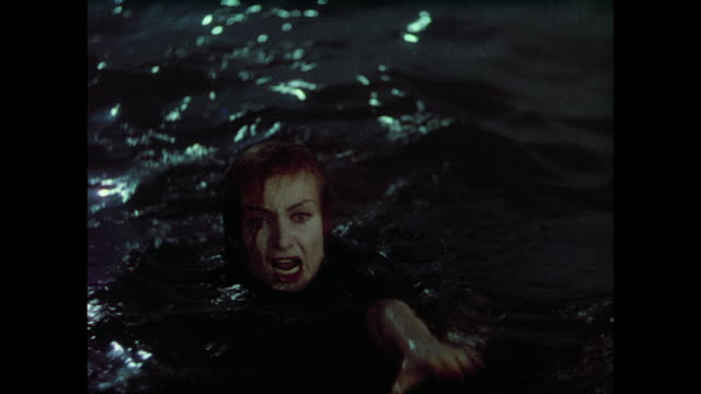 vidéos et rushes de 1937 panicked man (fredric march) knocks suicidal woman (carole lombard) into water before jumping in - sauvetage