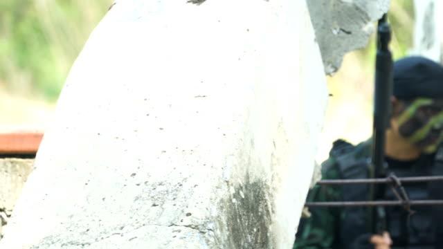 Paning und Fokus: komplett ausgestattet und Gesicht getarnten Soldaten ist bereit zu kämpfen