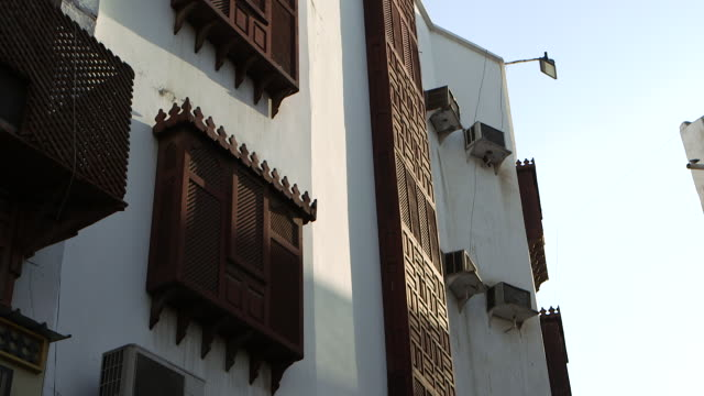pan-left across wooden latticed screens covering windows, in al-balad, the historic centre of the city of jeddah . - jiddah点の映像素材/bロール