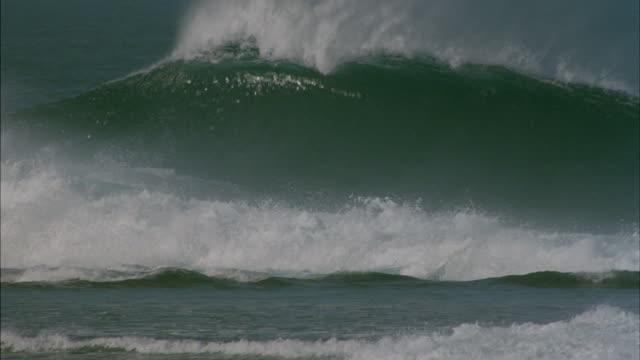 vídeos y material grabado en eventos de stock de pan-left shot of waves crashing in the ocean - pipeline wave