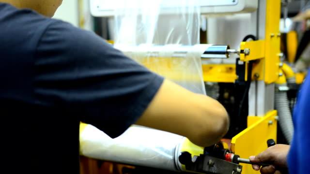 panorering: en gummi rulle för att hålla plastpåse fiilm