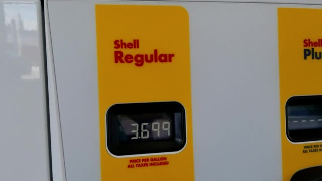 panning across and zooming out from shell gas station pump showing high gas prices on a digital display, dublin, california, march 29, 2018. - ガス料金点の映像素材/bロール