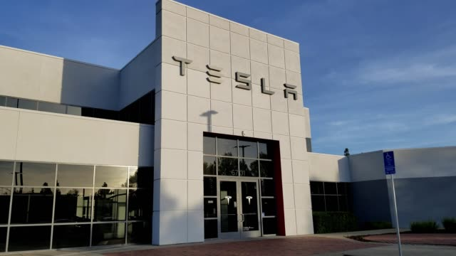 vídeos y material grabado en eventos de stock de panning across building exterior at tesla motors electric automobile dealership in pleasanton california april 2 2018 - sala de muestras