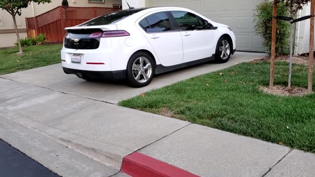vidéos et rushes de panning across chevrolet volt electric car parked on a suburban driveway in san ramon califronia october 23 2019 - chevrolet