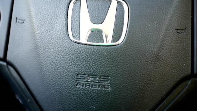 panning across logo for honda on steering wheel of an automobile, san ramon, california, september, 2019. - honda bildbanksvideor och videomaterial från bakom kulisserna