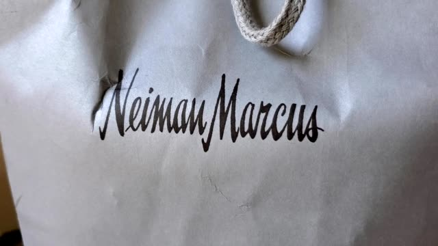 stockvideo's en b-roll-footage met panning across shopping bag with logo for department store neiman marcus san ramon california june 18 2020 - neiman marcus