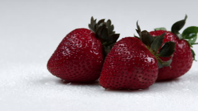 panning across strawberries. - オレム点の映像素材/bロール