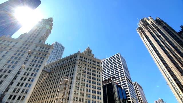 シカゴ・スカイラインを横切るパンニング - トリビューンタワー点の映像素材/bロール