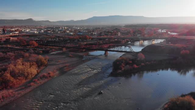 vídeos de stock, filmes e b-roll de garimpando o drone aerial shot da confluência do colorado e gunnison rios no meio da cidade de grand junction, colorado (reunião) no outono com mt. garfield e o grande mesa ao fundo - gunnison