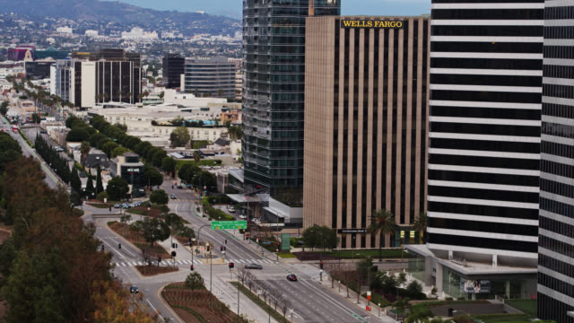 stockvideo's en b-roll-footage met panning aerial shot of quiet santa monica boulevard during covid-19 lockdown - beverly hills californië